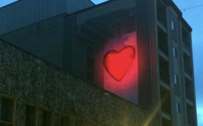 Le cœur de la murale #Sherbylove s'illumine
